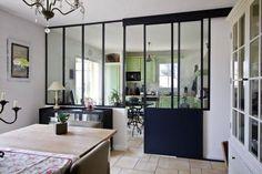 Verrière coulissante entre la cuisine et le salon
