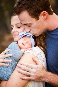 Sweet Newborn Family Portrait - Familienfotos - Home Newborn Family Pictures, Family Photos With Baby, Newborn Baby Photos, Newborn Poses, Baby Girl Newborn, Newborn Shoot, Family Pics, New Baby Photos, Sibling Poses