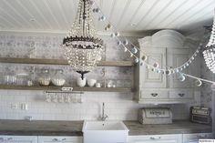 keittiö,kristallikruunu,patinoitunut,laatat,retro,seinäkaappi,kattokruunu,koristenauha,maalaisromanttinen
