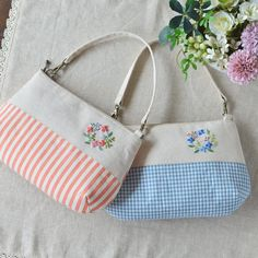 Which do you like? . チェックとシマシマのバッグinバッグ。 持ち手を長いものに変えるとポシェットにもなります。 #handmade #embroidery #刺繍 #bag