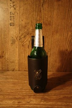 """Bierflaschenhalter für den Gürtel. Flaschengröße für 0,5 l Flasche - Mit einer Zierniete """"Piratenschild"""" 33 Euro"""