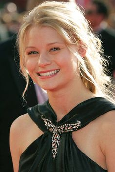 Emilie de Ravin | Making the Brooch a Focal Point