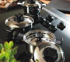Juego Mini Chef  El tamaño justo para preparar vegetales, salsas y más. Gracias a sus combinaciones, el Juego Mini Chef de 7 piezas es como tener 15 utensilios separados.  El Juego Mini Chef incluye:  1 – La Joyita (1 L) con tapa  1 – Renita (1,2 L) con tapa  1 – Hervidor de leche (1,5 L) con 1 tapa y 1 tapa para hervir sin derramar
