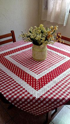Pic Nic towel at Table Runner And Placemats, Table Runner Pattern, Quilted Table Runners, Quilting Projects, Sewing Projects, Deco Table Noel, Chicken Scratch Embroidery, Mug Rugs, Table Toppers