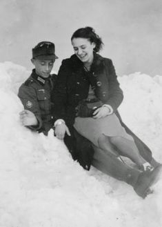 A German soldier and his lover in the snow German Soldiers Ww2, German Army, Germany Ww2, War Photography, Sigmund Freud, Luftwaffe, Military History, Ww2 History, World War Two