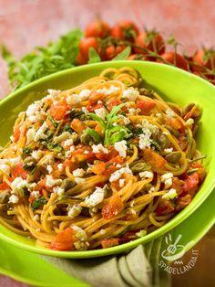 Mangiare sano ma con gusto è più che possibile! Gli Spaghetti integrali con pomodoro fresco, capperi e ricotta coniugano leggerezza e sapore!