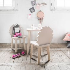Kindertafel en stoeltje   Driedelige, complete set bestaand uit peutertafel en 2 kinderstoeltjes   Made with love by Petite Amélie  egeltje