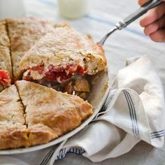 summer tomato pie from Country Living: Just-picked tomatoes, fresh basil, and a biscuit crust come together in this taste-of-summer pie. Read more: Summer Dinner Party Menu - Suvir Saran Recipes - Country Living Summer Pie, Summer Tomato, Summer Dinner Party Menu, Tomato Pie, C'est Bon, Pie Recipes, Easy Recipes, Dessert, Gourmet