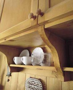 Cucine in legno massiccio. Particolare dei pensili in pino massiccio con originali mensole. Progettazione vendita cucine Demar Mobili #cucinepino #mobili #arredamenti #design #cucinesumisura www.demarmobili.it