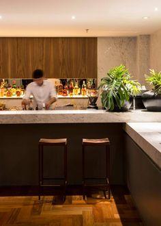 Banquetas ferro+madeira no bar do Nomaa Hotel em Curitiba