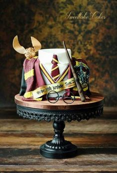 Birthday is a special day for everyone, and a perfect cake will seal the deal. Fantasy fictions create some of the best birthday cake ideas. Surprise your loved one with a creative cake that displays the best features of his/her favorite fantasy fictions! Bolo Harry Potter, Gateau Harry Potter, Harry Potter Fiesta, Harry Potter Birthday Cake, Harry Potter Food, Harry Potter Wedding, Harry Potter Theme Cake, Harry Potter Cupcakes, Beautiful Cakes