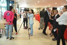 Los medios de comunicación entrevistando a David Alfocea, nieto de los propietarios del club.