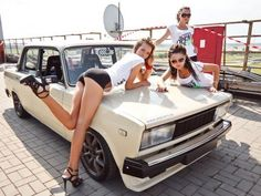 20 Fotos von Easy On The Eyes Girls auf Jeder Kerl muss sehen – Auto girls – Super Autos Classy Cars, Sexy Cars, Hot Cars, Auto Girls, Car Girls, Porsche 914, Sexy Autos, Carros Vw, Bus Girl