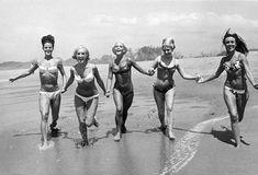 ♥ she wore an itsy bitsy teenie weenie yellow polka dot bikini. Bikini Wax, Bikini Beach, Beach Bum, Bikini Babes, Cola Light, Vintage Beach Photos, Vintage Surf, Vintage Pictures, Images Esthétiques