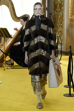 See the complete Gucci Resort 2018 collection.