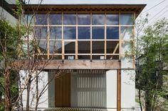 Cette maison individuelle située dans une banlieue d'une ville japonaise est une réalisation du studio d'architecture japonais Tetsuo Yamaji Architects. Le