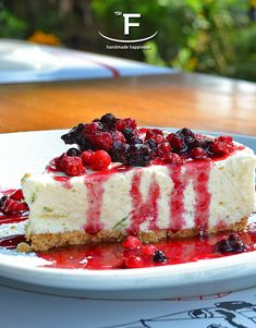 #Cheesecake🍰 από τα χεράκια μας και ετοιμάσου για μοναδικές στιγμές απόλαυσης!  💻 www.famiglianodelivery.gr ☎️ 2316.008.188 ➡️ Τσιρογιάννη 5, απέναντι από τον Λευκό Πύργο  #handmade_happiness #Λευκός_Πύργος #famigliano #ourplace #myfamigliano Cheesecake, Desserts, Handmade, Food, Tailgate Desserts, Deserts, Hand Made, Cheese Cakes, Eten