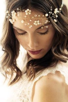 Kristall Haarschmuck Fleur mit Perlen, Kristallen und goldenem Draht von Fleuriscoeur Hochzeits Haarschmuck Braut