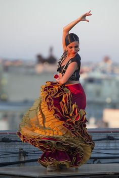 El baile flaminco es una aspecta de la cultura en España. Recomiendo que mires este baile si estas en España.