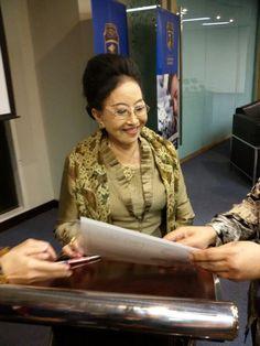 BRAy Mooryati Soedibyo sedang menandatangani token appreciation dari USBI.
