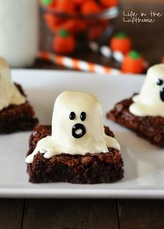 How stinkin' cute are these Ghost Brownies! The kiddos are sure to love these! Not only are they delicious, but super fun and a perfect spooky treat for Halloween! :) These are super Cookie Desserts, Holiday Desserts, Holiday Treats, Dessert Recipes, Cookie Bars, Holiday Drinks, Party Treats, Holiday Foods, Dessert Bars