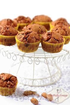 Pyszne muffinki snickersowe z dodatkiem nutelli, masła orzechowego i fistaszków. Palce lizać!