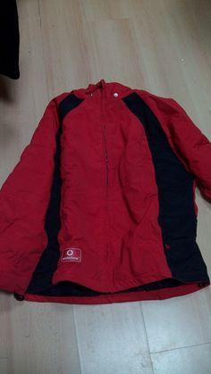 Abrigo rojo. Talla L. Valor: 4 Amarantos