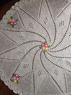 Lindo, lindo, lindo! Um tapete que vai realçar a beleza de qualquer ambiente! Impecavelmente confeccionado em crochê, com aplicação de flores que dão um ar descontraído e alegre! Perfeito para sua casa ou para dar de presente! Medida aproximada: 1,50m de diâmetro
