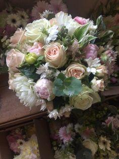 Bouquet de mariée, romantique, pastel, dégradé de rose tendre.