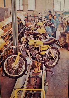 Enduro Vintage, Vintage Motocross, New Wallpaper Iphone, Motorcycle Types, Steyr, Dirt Bikes, Bikers, Cars And Motorcycles, Motorbikes