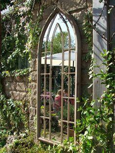 décoration de jardin avec un miroir imitation fenêtre