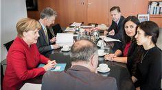 Die jesidische Sonderbotschafterin Nadia Murad war bei Bundeskanzlerin Angela Merkel in Berlin, mit dabei jesidische Menschenrechtlerin Düzen Tekkal. Im Hintergrund Regierungssprecher Steffen Seibert