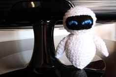 This crochet Eve was inspired by the Wall-E Disney Pixars movie.    Approx 3.9 inch tall (10 cm), 3.9 inch wide (10cm)  Handmade crochet with 100%