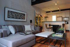 Compactos, integrados e práticos, os lofts têm tudo a ver com o estilo de vida despojado e urbano. Foi pensando nisso que um jovem morador, em busca justamente dessa informalidade, comprou um imóvel de 85m² no bairro do Itaim, em São Paulo. Encarregadas de planejar a decoração, as profissionais do escritório Triplex Arquitetura abusaram de …