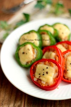 Red and green bell pepper stuffed with a mixture of onion, tuna, pepper, egg, potato starch and breadcrumbs. Pan fried and topped with cheese.