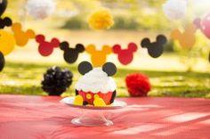 O Smash The Cake do Matheus com o tema do Mickey atraiu olhares de quem passava pelo parque. Alguns turistas quiseram parar para tirar foto do menininho que estava fazendo muita bagunça com o seu b…
