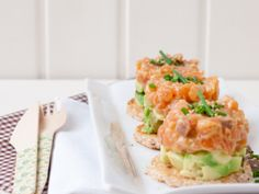 Cook the recipe Mini salmon and avocado tartare with honey mustard vinaigrette - Recipe Salmon and avocado mini tartare with honey mustard vinaigrette – canalcocina. Amazing Vegetarian Recipes, Healthy Recipes, Sushi Recipes, Salmon Recipes, Seafood Recipes, Mustard Vinaigrette Recipe, Mustard Recipe, Easy Cooking, Cooking Recipes