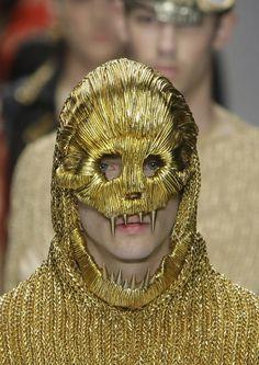 Katie Eary, máscara dorada / rostro, identidad, performatividad