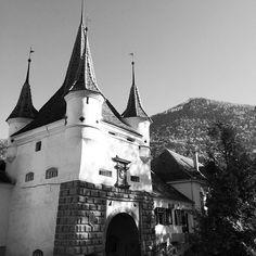 #MadeInBrasov #picturesque #streets #architecture #PoartaEcaterinei #Transylvania #Brasov @StradaSforii Brasov Romania, Barcelona Cathedral, Louvre, Europe, History, Architecture, Street, Building, Instagram