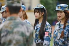 Nữ sinh Trung Quốc da trắng môi hồng trên thao trường quân sự