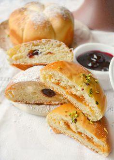 Krapfen al forno con marmellata di albicocche, pistacchi e amarene sciroppate