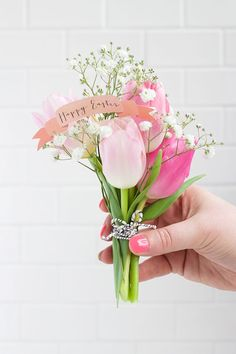 DIY: Mini Easter Bouquets that are the perfect party favor for your Easter party.