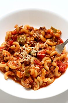 Instant Pot American Chop Suey--beefy, cheesy noodles with seasoned tomato sauce and green peppers. A classic comfort food from mom's kitchen. Instant Pot Pressure Cooker, Pressure Cooker Recipes, Pressure Cooking, Slow Cooker, Instant Pot Pasta Recipe, Instant Pot Dinner Recipes, American Chop Suey, State Foods, Homemade Hamburgers
