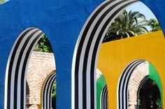 DANIEL BUREN - D'UNE ARCHE AUX AUTRESPhoto-souvenir : D'une Arche aux Autres, avril 2015, travail in situ, dans les jardins de l'église du Sacré-Cœur, Casablanca, Maroc, 11 avril-11 mai 2015© Daniel Buren/ADAGP, Paris