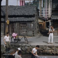tokyo Japan 1950 終戦間もない昭和25年の様子。焼け野原に眠るだけの家を建てていた。 Showa Period, Showa Era, Old Pictures, Old Photos, Vintage Photos, Japanese History, Japanese Culture, Japanese Streets, Japanese House