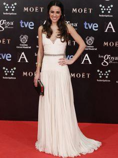 Macarena García nos conquistó a primera vista gracias a su elegante y favorecedor Roberto Cavalli Couture con detalles glitter combinado con un clutch en negro y joyas de Bulgari. Alfombra roja Premios Goya 2014 (Spain)