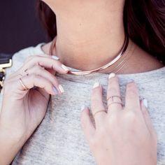 Le collier ras de cou en métal doré : le bijou parfait pour accessoiriser un t-shirt gris chiné !