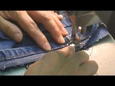"keeping the original hem on jeans.Blue Jean Original Hem (the ""magic hem"") Sewing Tutorials, Sewing Crafts, Sewing Projects, Sewing Patterns, Jean Crafts, Denim Crafts, Sewing Hems, Sewing Clothes, Techniques Couture"