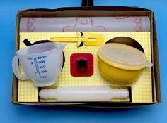 Tupperware TupperToys 1979 Child& Mini Mix It Baking Set In Original Box My Childhood Memories, Childhood Toys, Sweet Memories, Retro Toys, Vintage Toys, Baking Set, Baking Dishes, Vintage Tupperware, Toy Kitchen