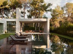 Una casa de diseño en el bosque